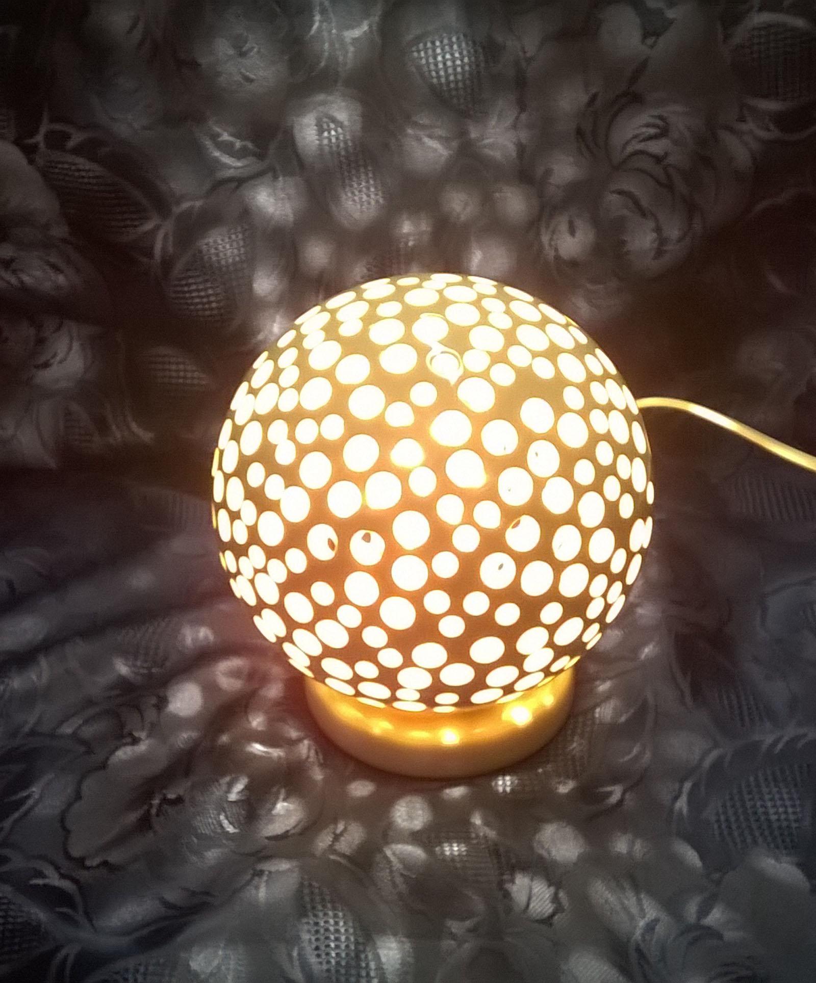 Lampada Da Tavolo Moderna Bianca In Ceramica Artigianale Con Traforo Cerchi Ceramiche Artistiche Ferranti